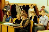 V první řadě zprava Libuše Heczková (bohemistika a vysokoškolská pedagožka), Annalisa Cosentino (italská bohemistka a překladatelka), v druhé řadě zprava Ondřej Zezulák (student učitelství), Františka Zezuláková Schormová (studentka anglistiky a amerikanistiky), u dveří Petr Eliáš (organizátor konference)